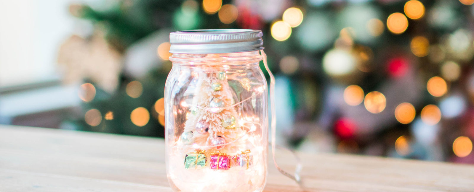 DIY mason jar mini Christmas snow globe that's under $10 (with real lights!)